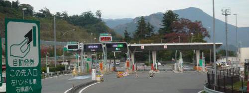 車のへこみ修理業者は高速道路インターに近い